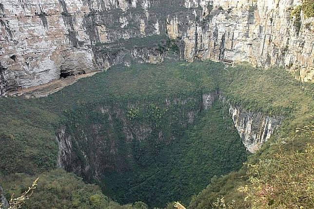 terdapat gua bawah tanah raksasa di sinkhole china