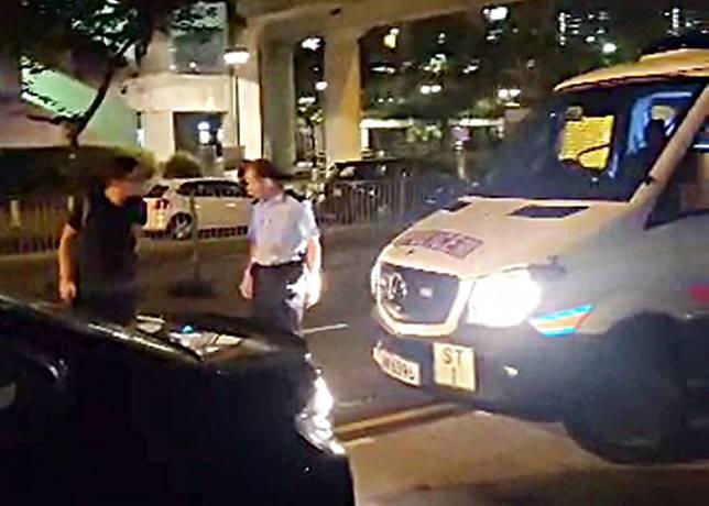 男子被警車撞後與警員理論。(互聯網)