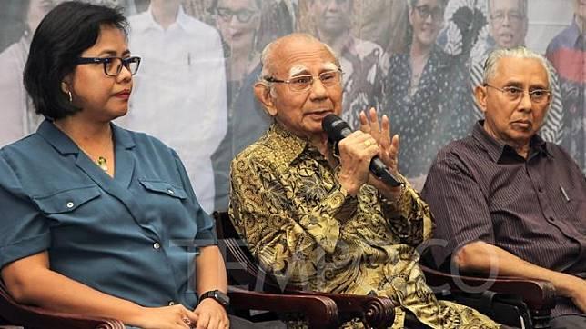 Ahli Ekonomi Emil Salim (tengah) bersama Wartawan Senior Ismid Hadad (kanan) memberikan keterangan saat konferensi pers