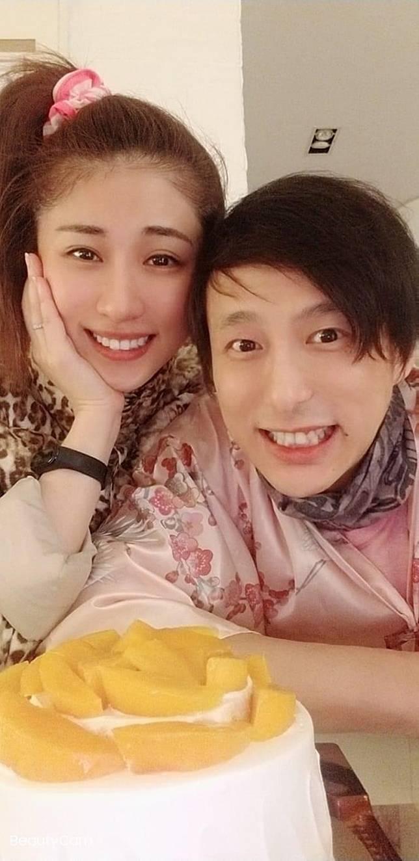 石詠莉上載與老公鄧健泓的溫馨合照。
