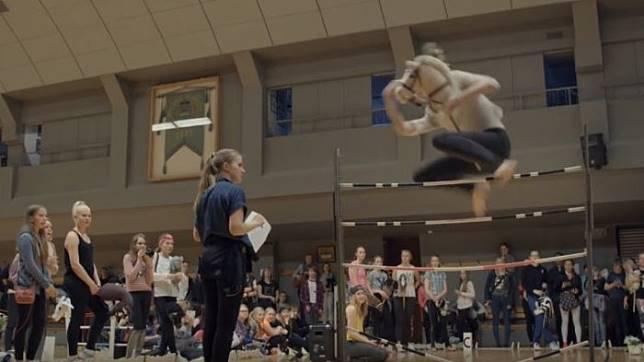 Gadis-gadis Finlandia Ciptakan Olahraga Baru dengan Mainan Kuda-kudaan