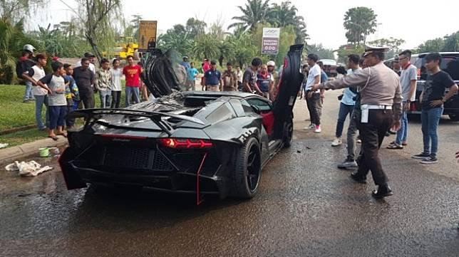 Lamborghini Aventador yang diduga milik aktor Raffi Ahmad terbakar di Sentul, Jawa Barat, Sabtu (19/10/2019). [Istimewa]