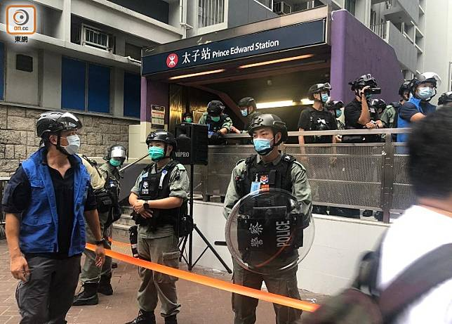 太子站外有防暴警員在場戒備。(黃雄攝)