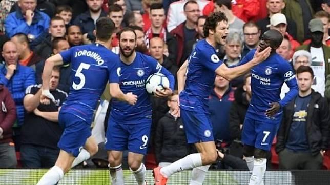 Bek Chelsea Marcos Alonso (kedua kanan) merayakan golnya ke gawang Manchester United di Old Trafford. Paul ELLIS / AFP