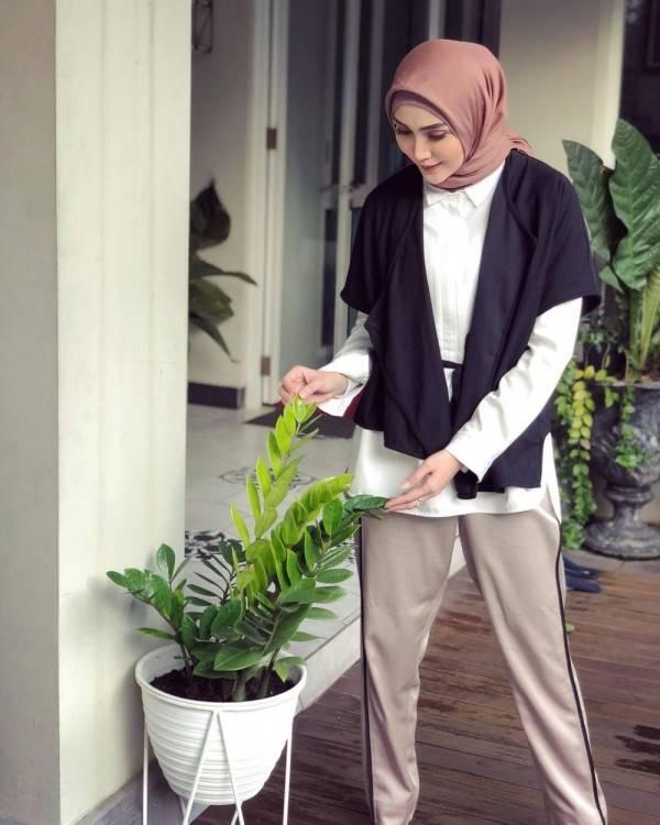 12 Mix Match Outerwear Wanita Berhijab Ala Fenita Arie Kece