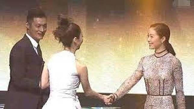 薛凱琪與江一燕(右)握手,余文樂尷尬到暈。