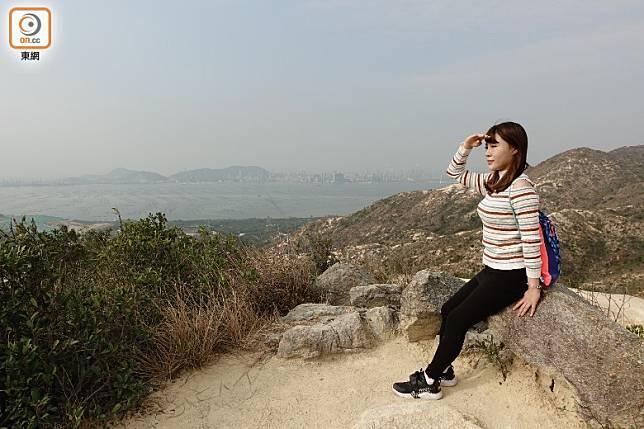 途中有可遠眺深圳灣的平地,也是其中一個受歡迎的打卡位。(方偉堅攝)