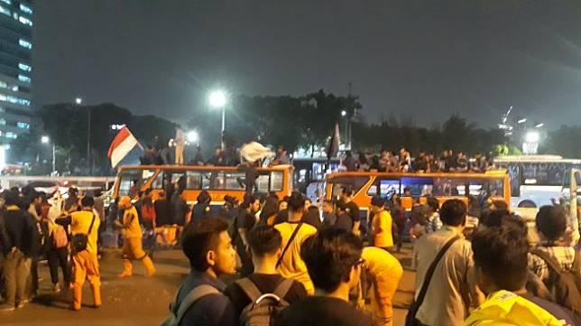 Mahasiswa yang melakukan aksi di depan Gedung DPR terkait revisi UU KPK dan RUU KUHP telah membubarkan diri. (Suara.com/Novian)