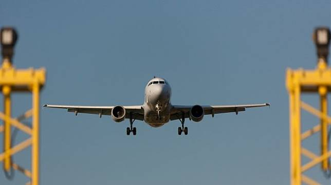 Ilustrasi pesawat mendarat (Pixabay/dirkvermeylen)