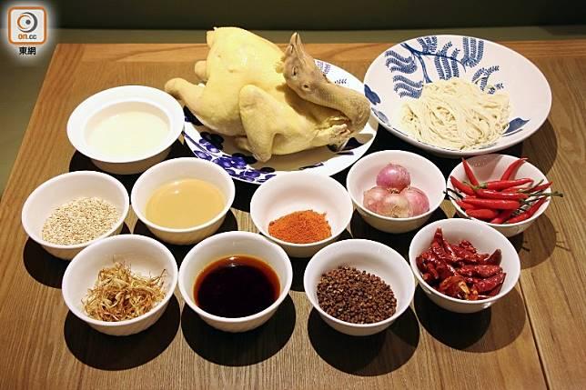主菜材料其實只得手撕雞、麵條、麻辣醬和葱油擔擔湯底,但卻要用多種食材與香料去調製醬料。(盧展程攝)