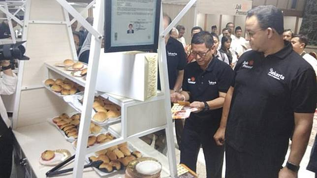 Jakarta Governor visits a micro, small and medium enterprises (UMKM) booth donated by Mayapada Group at the City Hall, February 21, 2020. TEMPO/Imam Hamdi