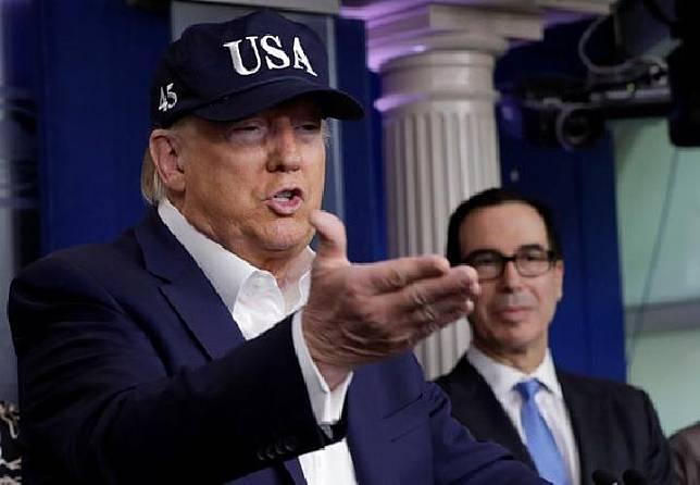 Presiden AS Donald Trump berbicara pada konferensi pers dengan anggota Satuan Tugas Coronavirus di Gedung Putih di Washington, AS, 14 Maret 2020. [REUTERS / Yuri Gripas]