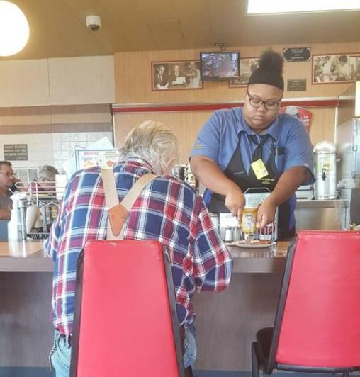 ▲艾莫妮威廉絲( Evoni Williams )日前幫助一名剛完成手術的顧客將早餐切塊,貼心舉動引關注。(圖/翻攝自 Laura Wolf 臉書)