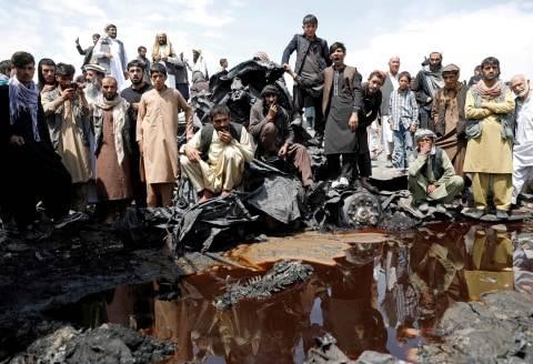Foto: Puing Sisa Kebakaran Deretan Truk BBM di Afghanistan (1)