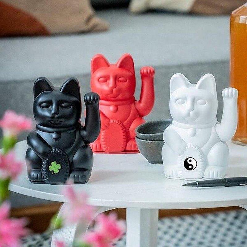 來自德國的 DONKEY 工作室的幸運繽紛招財貓,以傳統招財貓為原型,使用啞光噴漆材料,設計出現代又洋氣的招財吉祥物。它們不僅可以為您的店鋪調性畫龍點睛,吸引路過年輕族群的注意,放在家中的也可以妝點居