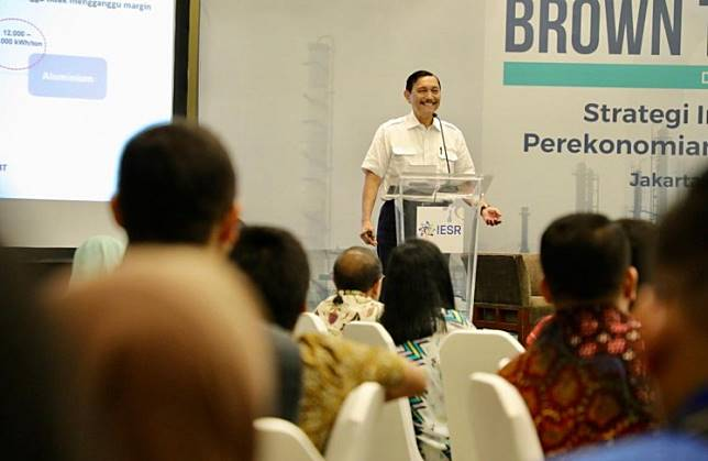 Coordinating Maritime Affairs and Investment Minister Luhut Pandjaitan gives a speech in a discussion in Jakarta on Nov. 19.  During the speech, he said the government would not sacrifice the environment for economic development.