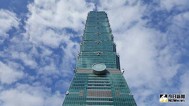 ▲台北101大樓今(23)日凌晨3點多,發生工人墜樓意外,一名工人當場死亡,一名一度受困但沒有受傷。(圖/NOWnews資料照片)