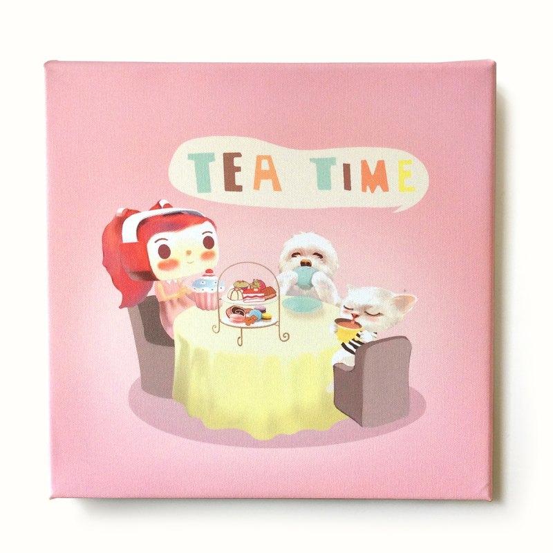 再忙,也要陪自己喝一杯 下午茶。 《小鐵君 X SmileDog 無框畫》 紙張 / 油畫布 裝訂 / 原木裱框、掛繩 尺寸 / 30 x 30 cm 厚度 / 2 cm 包裝尺寸 / 35 x 36