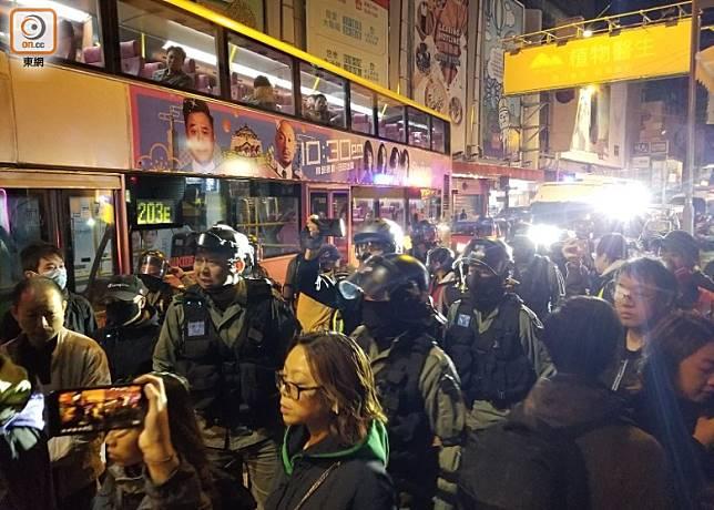 防暴警於零時許在旺角新之城附近帶走最少3人。(梁頴福攝)