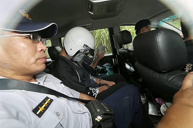 警方下午帶著嫌犯來到棄屍地點,模擬棄屍並找尋遺體。記者許正宏/攝影
