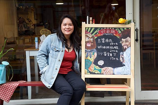 圖說:今年24歲的陳昕,幫媽媽畫黑板菜單在網路上竄紅,剛完成新主題「張ㄈㄟ」。高世安攝