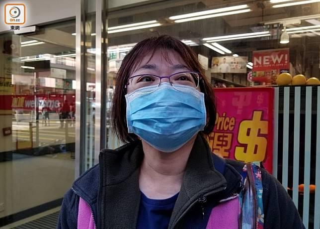 街坊陳小姐指搶廁紙不如搶口罩。(張開裕攝)