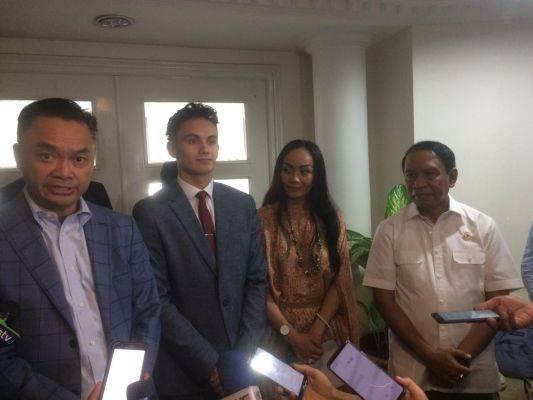Dino Patti Djalal (kiri) bersama Luis Leeds dan ibunya (kedua dan ketiga dari kiri) menemui Menpora Zaenudin Amali (kanan)