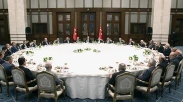 土耳其總統展現超大的宴請餐桌 卻成為了網友最新的 PS 題材...