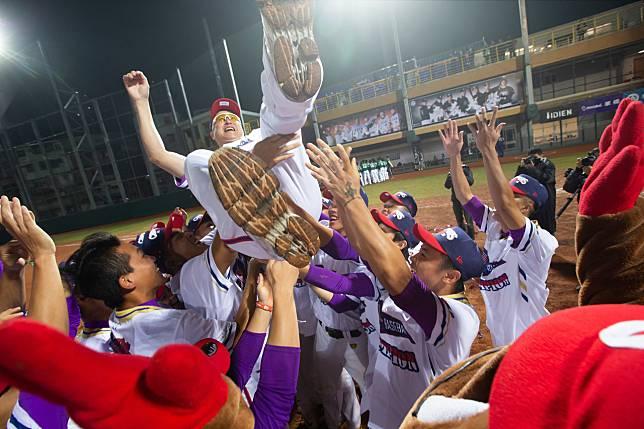 開南大學奪下大專棒球聯賽冠軍後,全隊開心把總教練郭李建夫拋向天空。記者季相儒/攝影