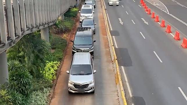 Mobil masuk jalur busway berjamaah. (Twitter/@adriansyahyasin)