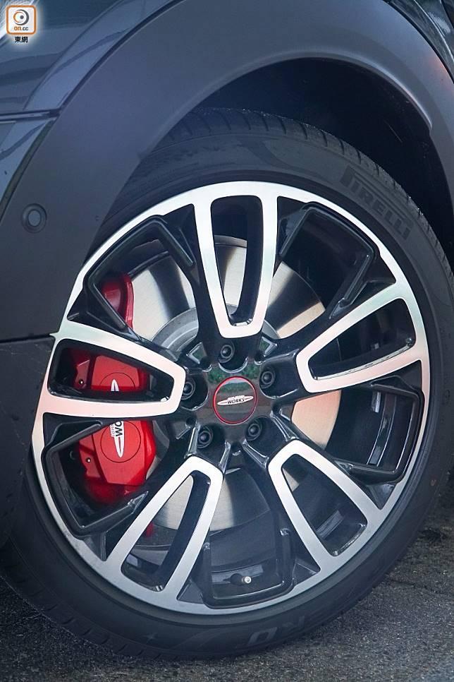 前軸配備機械差速,加埋360mm前煞車碟及高性性四活塞紅色制動卡鉗,輕易做到易放易收。(莫文俊攝)