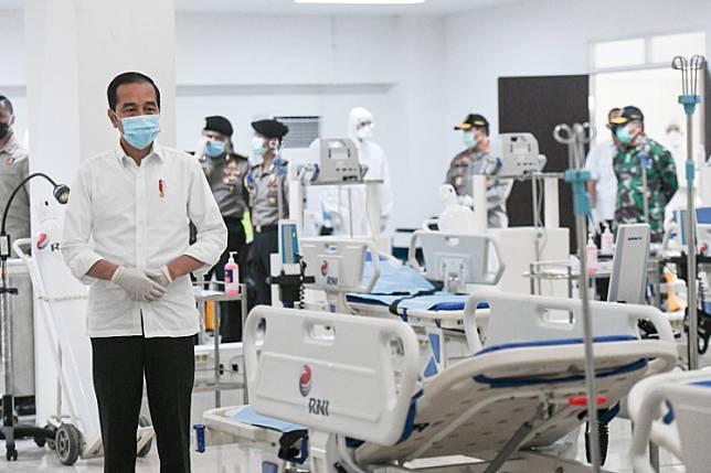 President Joko Widodo visits the COVID-19 emergency hospital at Wisma Atlet Kemayoran, Jakarta, Monday, March 23, 2020.