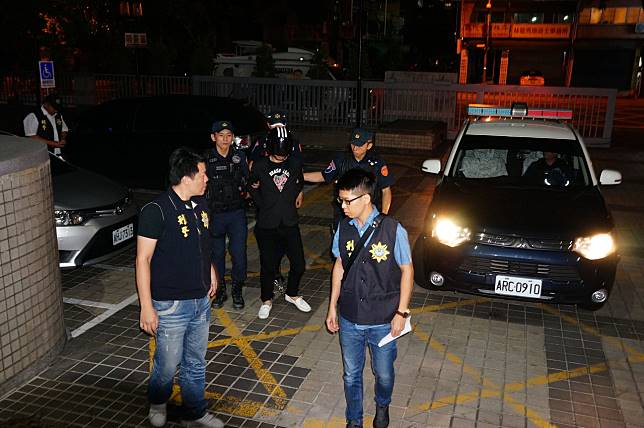 連千毅(左三)晚間6點半被送抵高雄地檢署。記者林伯驊/攝影