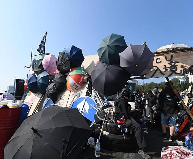 中大的示威者要求政府承諾,不會取消或延遲區議會選舉。
