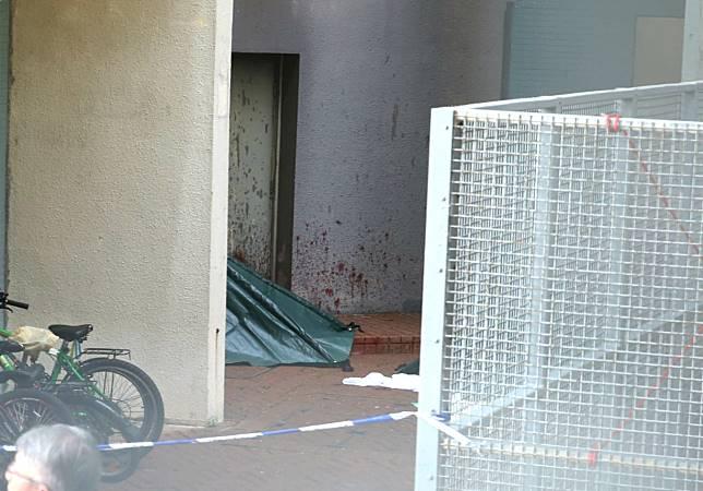 警方用帳篷覆蓋遺體。