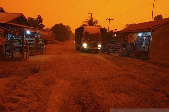 Suasana di Desa Puding Kecamatan Kumpeh Ulu Kabupaten Muarojambi yang dilanda kabut asap semakin pekat.(Antaranews)  Artikel ini telah tayang di Kompas.com dengan judul