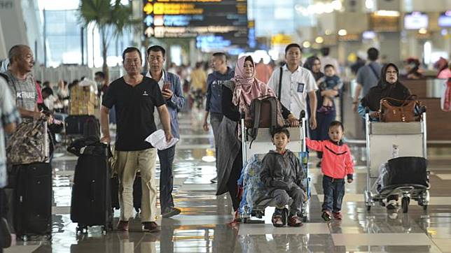 Would-be passengers walk to the departure terminal to check-in on D-2 of Eid at Terminal 3 Ultimate of the Soekarno-Hatta Airport in Tangerang, Banten, Monday, June 3, 2019. ANTARA