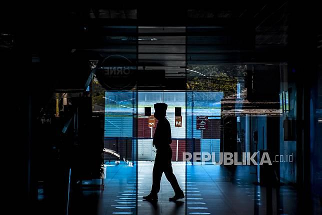 Petugas beraktivitas di area pintu kedatangan Bandara Husein Sastranegara, Kota Bandung, Jumat (7/5). Direktur Utama PT Angkasa Pura II (Persero) Muhammad Awaluddin mengatakan, sejumlah maskapai telah mengonfirmasi tidak melayani penerbangan di bandara-bandara yang dikelola oleh AP II pada penerapan larangan mudik 6-17 Mei 2021 sebagai upaya mendukung pemerintah terkait ketentuan peniadaan mudik guna mencegah penyebaran Covid-19. Foto: Republika/Abdan Syakura