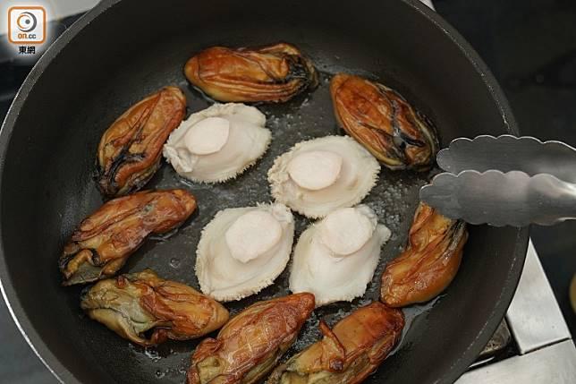 凍油下金蠔,慢火煎香兩邊,再下鮑魚煎至兩邊金黃色至半熟後切粒。(張群生攝)