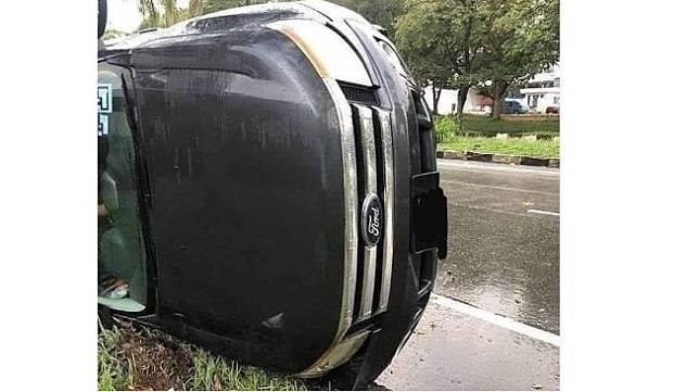 Potret mobil terguling menjadi sorotan lantaran posisi sopir terlihat unik (Instagram)