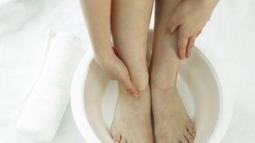 泡腳好處這樣多,1週瘦8公斤!中醫師:「足浴睡前最適合~水溫、泡腳高度都是關鍵,才能達到最佳效果」