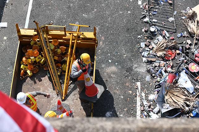 警方稱正努力開通吐露港公路部分行車線。