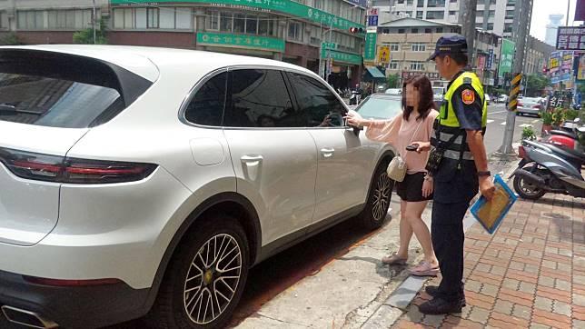 車禍發生後,保時捷李姓女車主(左)發現車門劃出一道刮痕,說不會讓老伯伯賠。記者林保光/攝影