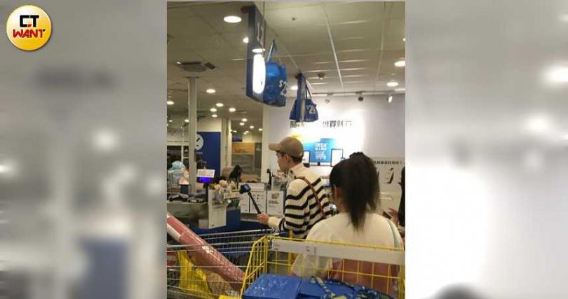 鍾明軒推著戰利品前往結帳櫃台,擁有百萬網路粉絲的他依然乖乖排隊。(圖/本刊攝影組)