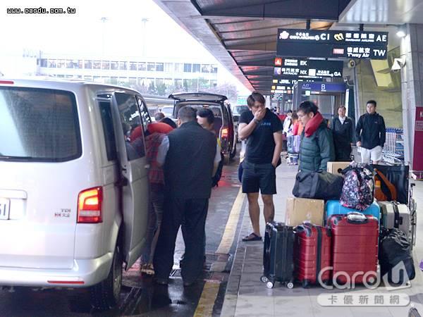出國旅遊不想扛著行李搭客運、機捷,透過信用卡所提供的機場接送,即能優雅前往機場(圖/卡優新聞網)