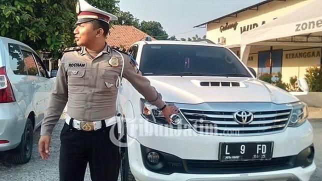 Kanit Regident, Iptu Ach Rochan saat menunjukkan mobil milik Cakades yang diamankan di Kantor Polsek Kota Sampang, Rabu (23/10/2109).