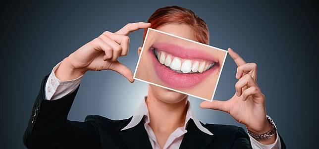 假牙是「假的」不會壞?  用牙膏、漱口水清假牙兩大地雷你中了嗎