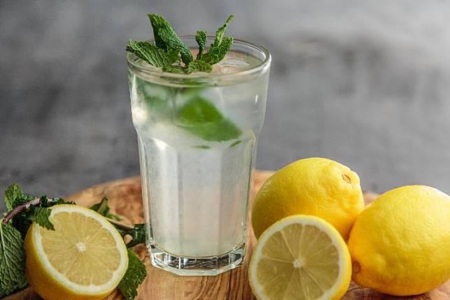 Ilustrasi air lemon. Unsplash.com/Fransesca Hotchin