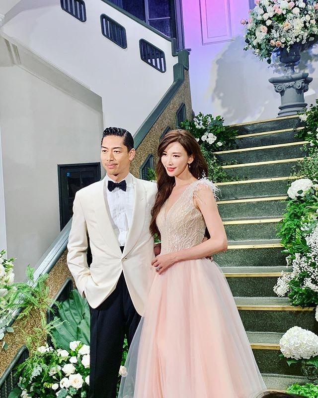 志玲姊姊婚禮換上蘇菲雅特別訂製的羽毛小禮服,根本是童話故事走出來的公主!