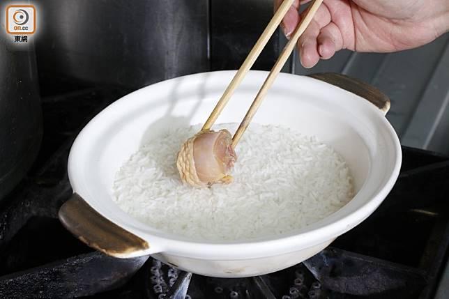 中式煲仔飯會於米飯煮至一半時,才放入食材。(郭凱敏攝)